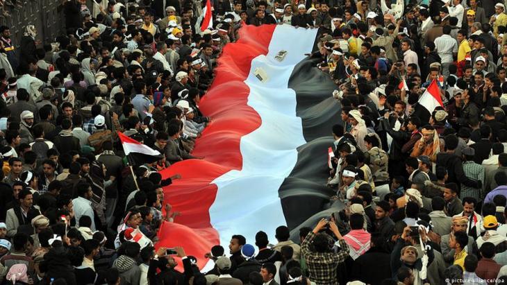 Archivbild: Jemeniten schwenken eine Nationalflagge während einer Feier zum dritten Jahrestag des Aufstandes 2011 in Sanaa, Jemen, 11. Februar 2014.