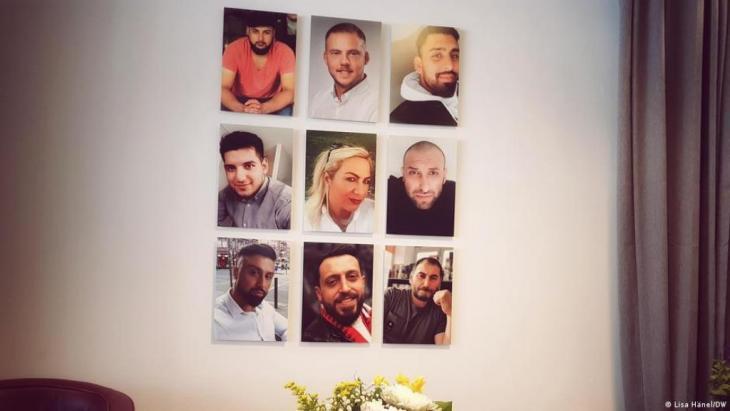 Am 19. Februar 2020 ermordet ein Rechtsterrorist im hessischen Hanau neun Menschen: Gökhan Gültekin, Sedat Gürbüz, Said Nesar Hashemi, Mercedes Kierpacz, Hamza Kurtović, Vili Viorel Păun, Fatih Saraçoğlu, Ferhat Unvar und Kaloyan Velkov.