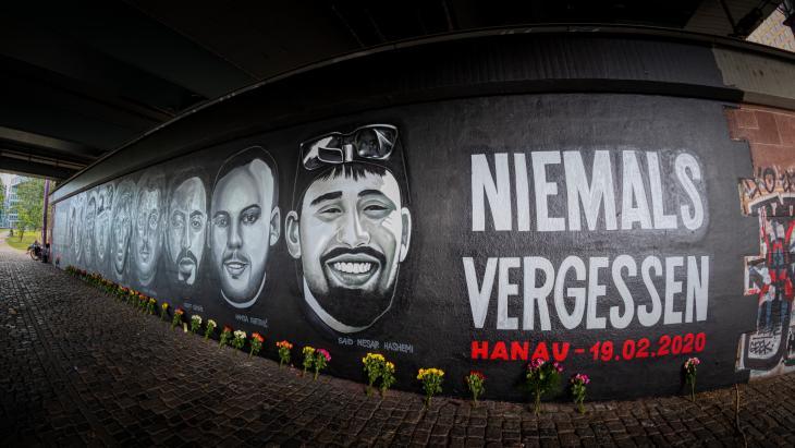 Rechtsterroristischer Anschlag in Hanau: Ein 27 Meter langes Graffito erinnert in Frankfurt/Main an die Opfer des Anschlags in Hanau am 19. Februar 2020.