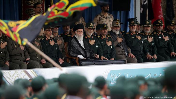 Irans Oberster Führer Ayatollah Ali Khamenei und General Hossein Salami, Chef der Revolutionsgarden, nehmen am 13. Oktober 2019 an einer Abschlussfeier für Kadetten des Korps der Islamischen Revolutionsgarden (IRGC) in der Imam-Hussein-Universität in Teheran, Iran, teil.