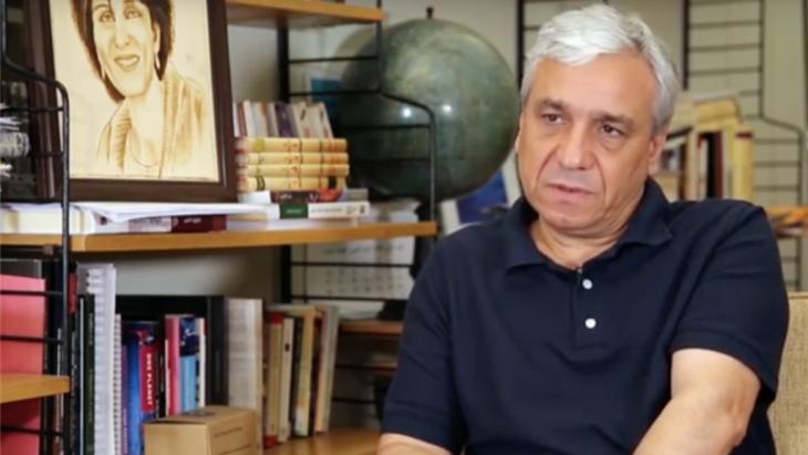 """Der syrische Schriftsteller und politische Dissident Yassin al-Haj Saleh war von 1980 bis 1996 wegen seiner Mitgliedschaft in der linken Syrischen Kommunistischen Partei, die er als """"kommunistische Pro-Demokratie-Gruppe"""" bezeichnet, in Syrien inhaftiert. Nachdem er 2015 aus dem Land geflohen ist, ist Saleh heute Fellow am Wissenschaftskolleg zu Berlin."""