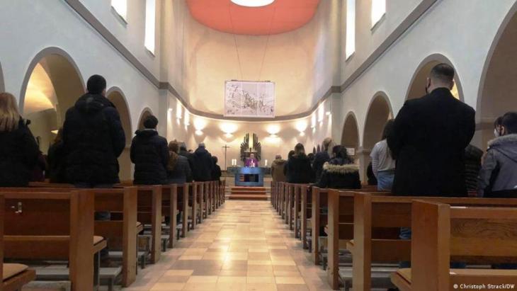 Erstmals besucht ein Papst den Irak. Doch Krieg und Terror haben die meisten Christen des Landes längst vertrieben. So verfolgen auch irakische Katholiken in Deutschland die Reise. Zwischen Hoffen und Bangen: