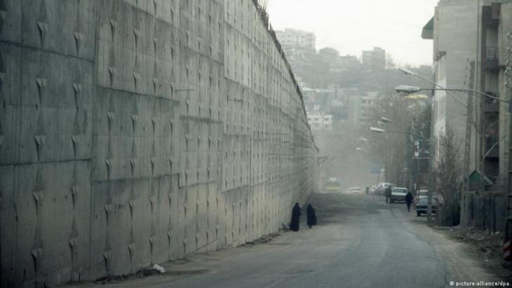 Kalt und abweisend sind die Außenmauern des berüchtigten Tehraner Evin-Gefängnisses.