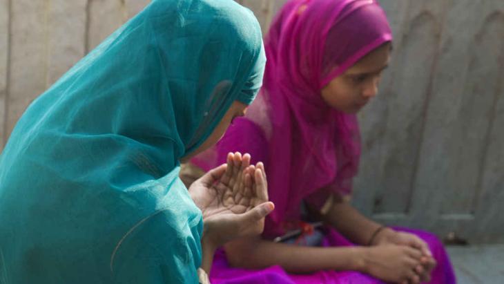 Szene aus dem Komplex des Sufi-Schreins Moinuddin Chishti im nordindischen Ajmer