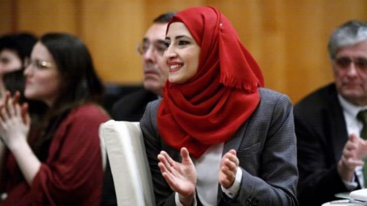"""Muslimische Studentin während des Galaabends im Auswärtigen Amt Berlin zugunsten des Studiengangs """"European Studies"""""""