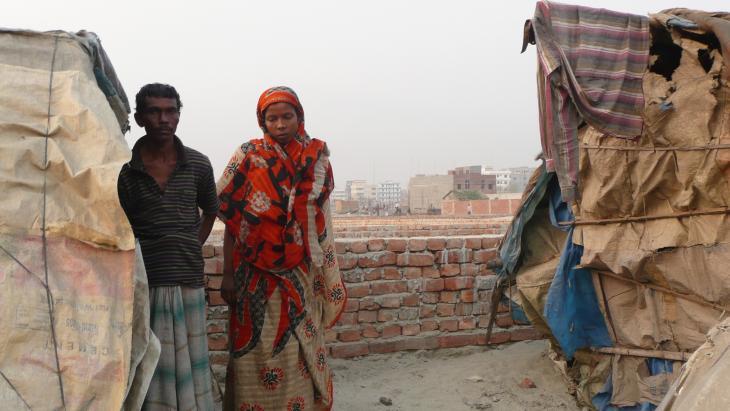 """""""Vor zwanzig Jahren habe ich mein erstes Haus verloren, damals habe ich als Fischer gearbeitet"""", erzählt Jahangir Alam, """"dann, drei Jahre später, hat der Fluss mein zweites Haus weggespült, und vor sieben Monaten schließlich mein drittes"""". Schon auf Bhola hatte er nach dem Verlust des zweiten Hauses angefangen, sein Geld mit einer Fahrradrikscha zu verdienen. Auch in Dhaka tritt er in die Pedale, um den Lebensunterhalt zu erwirtschaften."""