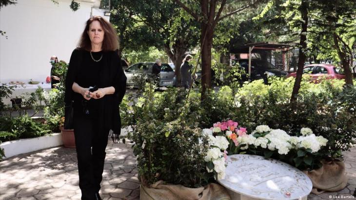 Libanon, Monika Borgmann vor einem Erinnerungsstein an ihren ermordeten Mann Lokman Slim; Foto: Lea Bartels
