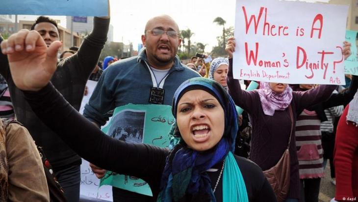 Protestierende Frauen Kairo 2012; Foto: dapd