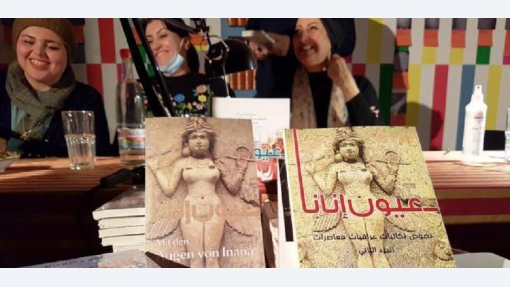 """Die Autorinnen des zweiten Bandes von """"Mit den Augen von Inana"""" sind in eine neue Phase des Schreibens eingetreten. Junge Schriftstellerinnen spiegeln ein völlig anderes Bild ihres Alltags und der gelebten Realität im heutigen Irak als ihre älteren Kolleginnen. Jetzt stehen der Umgang mit der Religion, den religiösen Extremisten und auch die Flüchtlingswelle nach Europa im Vordergrund."""