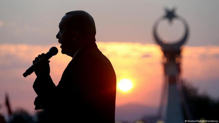 Der türkische Präsident Recep Tayyib Erdogan bei einer Rede zu einem früheren Jahrestag des Putschversuchs in der Türkei 2016; Foto: Reuters/Turkish Presidency