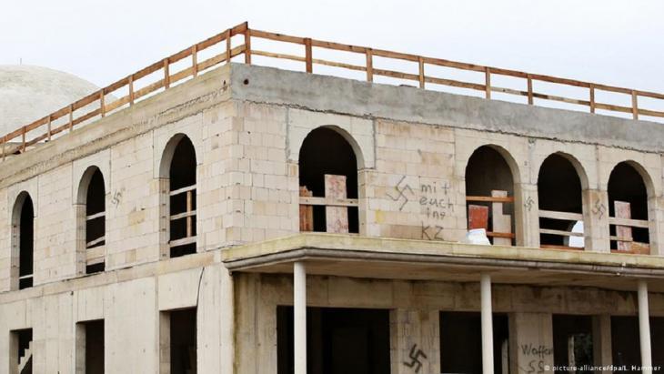 Mit Hakenkreuzen und fremdenfeindlichen Sprüchen haben Unbekannte einen Moschee-Neubau in Dormagen beschmiert.