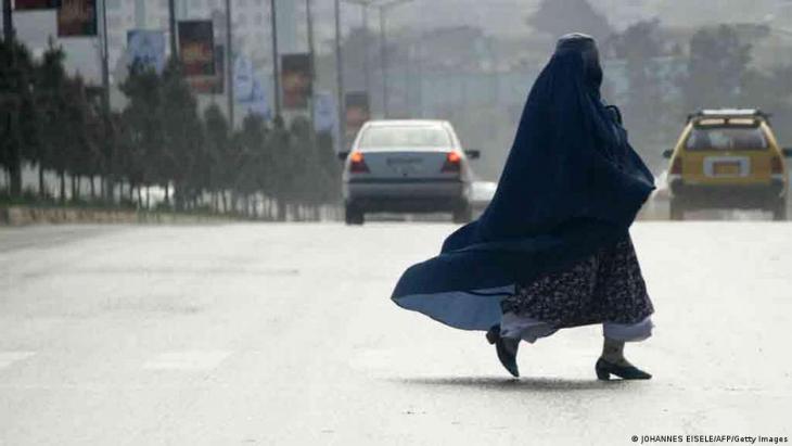 Eine Afghanin trägt Burka in Kabul; Foto: Johannes Eisele/AFP/Getty Images