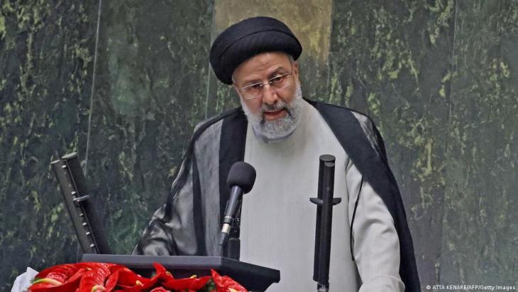 Ebrahim Raisii bei seiner Vereidigung im iranischen Parlament; Foto: Atta Kenare/AFP/Getty Images