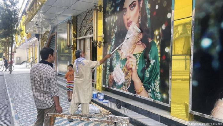 Nach dem Vormarsch der Taliban auf Kabul herrscht Anspannung in der afghanischen Hauptstadt. Die Situation könnte sich vor allem für Frauen schnell verschlechtern. Unter der Taliban-Herrschaft waren Schulen für Frauen tabu. Mohammed Naeem, Polit-Sprecher der Taliban, erklärte jetzt, dass sie die Rechte von Frauen und Minderheiten, achten würden, aber nur, wenn sie der Scharia entsprächen.