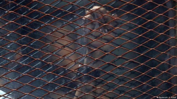 Muslimbrüder warten hinter Käfigen im Gericht auf ihre Urteile; Foto: Reuters/A.A.Dalsh