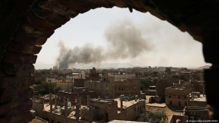 Rauchwolke über Sanaa nach einem Luftangriff; Foto: Khaled Abdullah/Reuters