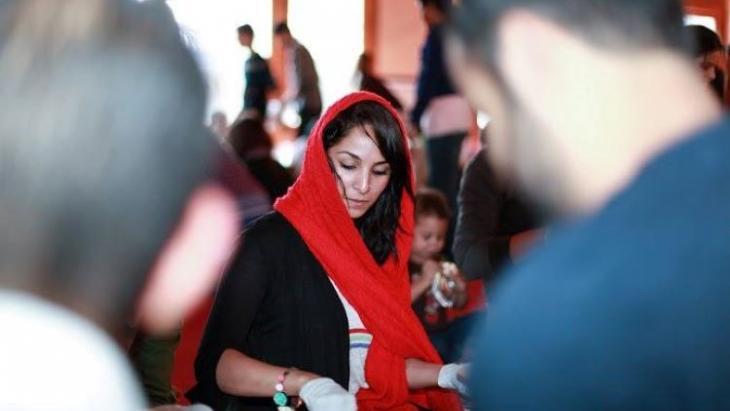 Eine junge Muslimin bereitet Lebensmittelpakete für Obdachlose in San Francisco vor; Foto: Abdel Rahman Bassa
