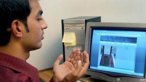 Ein Muslim betet vor dem PC; Foto: AP