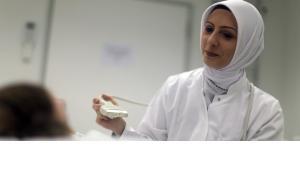 Die Ärztin Hatice Aygün trägt bei ihrer Arbeit in einem Lübecker Krankenhaus ein Kopftuch; Foto: dpa