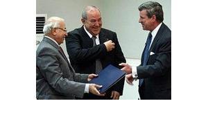 Paul Bremer händigt dem obersten irakischen Richter, Midhat Al-Mahmodi, im Beisein von Ministerpräsident Ijad Allawi die offiziellen Dokumente zur Machtübergabe aus, Foto: AP