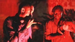 Der Rapper Amkoullel (l.) tritt gemeinsam mit dem berühmten Kora-Spieler Yacouba Sissoko im Pili Pili Club in Bamako auf; Foto: DW/Tamasin Ford