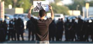 Ein regierungskritischer Demonstrant zeigt ein Bild des inhaftierten politischen Führers Hassan Mushaima während eines Protests in Diraz (Bahrain) am 2. November 2012; Foto: Hasan Jamali/AP/dapd
