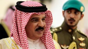 Bahrains König Hamed bin Isa Al Khalifa (l.) gemeinsam mit seinem Sohn Prinz Khalid bin Hamad Al Khalifa; Foto: dapd