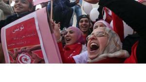 Tunesische Frauen jubeln am Jahrestag der Revolution; Foto: dpa