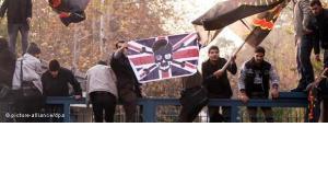 Basij-Miliz schwenken anti-englische Fahne bei der Erstürmung der britischen Botschaft in Teheran; Foto: dapd