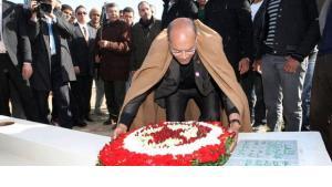 Tunesiens Präsident Marzouki ehrt Mohammed Bouazizi, mit dessen Selbstverbrennung die Jasminrevolution begann, Foto: dapd