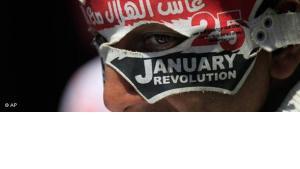 Jugendlicher auf dem Tahrir-Platz mit einer Maske, ''25. Januar''; Foto: AP