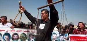 Demonstration vorn Mubarak-Gegnern vor dem Strafgerichtsgebäude in Kairo; Foto: Reuters