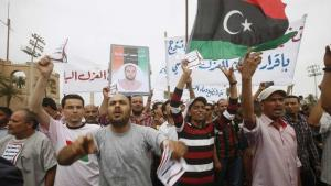 Libysche Demonstranten in Tripolis fordern die Entfernung von Vertretern der Gaddafi-Ära aus allen Ämtern; Foto: Reuters