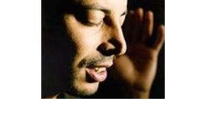 Dhafers Gesang, der in islamischen Traditionen wurzelt, zeichnet sich durch seine spirituelle Aura aus, © Enja Music