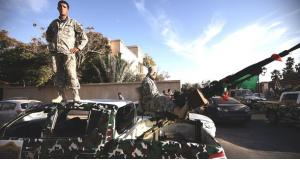 Einheiten einer Sicherheitsbrigade kontrollieren ein Wohngebiet in Tripolis; Foto: Getty Images