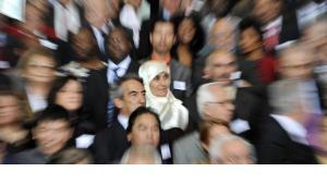 Migranten und Migrantinnen stehen am 01.10.2008 auf einer Treppe im Bundeskanzleramt in Berlin bei der Veranstaltung Deutschland sagt Danke! für ausländische Arbeitskräfte; Foto: dpa