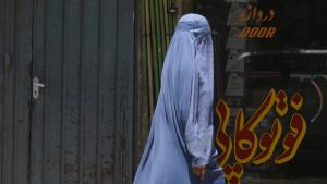 Afghanische Frau in Kabul; Foto: Adek Berry/AFP/GettyImages
