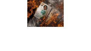 "Demonstranten verbrennen in Bengasi Gaddafis ""Grünes Buch""; Foto: AP"
