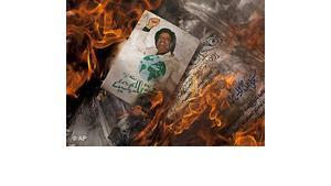 Demonstranten verbrennen in Bengasi Gaddafis