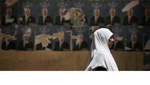 Eine Frau läuft in Kairo an Wahlplakaten für die bevorstehende Präsidentschaftswahl vorbei; Foto: AP
