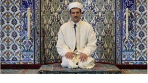 Der Imam der Stuttgarter Moschee, Mikail Taysan, in der größten Moschee Baden-Württembergs; Foto: dpa