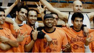 Das Basketball-Team von A.S. Shiraz mit Kevin Sheppard in der Mitte; copyright: www.theiranjob.com