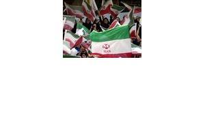 Erstmals durften beim WM-Qualifikationspiel Iran gegen Nordkorea im Juni 2005 auch 30 weibliche Fans dabei sein; Foto: AP