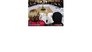 Staatsministerin Maria Böhmer (CDU) und die islamische Theologin Hamideh Mohagheghi (rechts) auf der deutschen Islamkonferenz; Foto: dpa