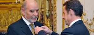 Tahar Ben Jelloun nimmt das Großkreuz eines Offiziers der Ehrenlegion von Sarkozy entgegen; Foto: AP