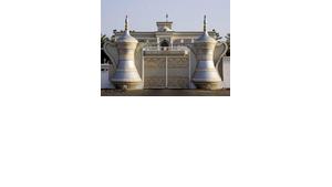 Haus eines Ministers beim Divan of the Royal Court of Oman mit riesigen stilisierten omanischen Kaffeekannen als Dekor; Foto: Jürgen Sorges /DW