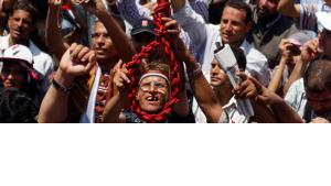 Strick für Hosni Mubarak und seine Entourgae: Demonstrant auf dem Tahrir-Platz in Kairo; Foto: AP