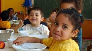 Kinder beim gemeinsamen Mittagessen im multikulturellen Kindergarten St. Simeon, Berlin; Foto: dpa