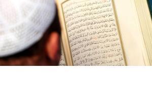 Junger Muslim liest aus dem Koran; Foto: dapd