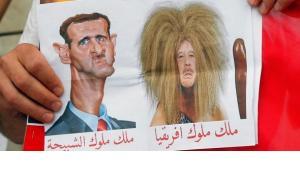 Karikatur von Assad (l.) und Gaddafi (r.) auf einer Solidaritätsdemonstration für die Gegner des syrischen Regimes in Paris; Foto: ddp images/AP Photo/ Francois Mori